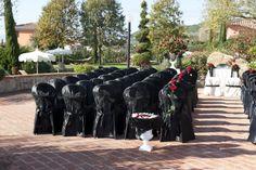 Matrimonio che presenta come tema il colore nero e composizione di fiori color rosso.