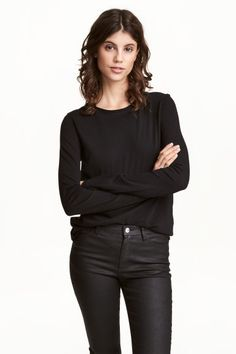 Long-sleeved top: CONSCIOUS. Long-sleeved organic cotton jersey top with raw roll edges around the neckline and cuffs and a seam at the back.