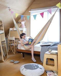 Desenfadado confortable dormitorio infantil. La hamaca es un toque deco muy festivo, como los banderines. La casa es un proyecto de Modular en Madrid. #casa #casaeficiente #deco #decopractica #decofresca #historiasparavivir #interiores #inspo #casasparavivir  #dormitorio #dormitorioinfantil #banderines #hamaca Kids Education, Toddler Bed, Kids Rugs, Interior, Decorations, Furniture, Home Decor, Grey Quilt, Tall Windows