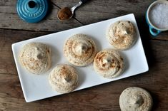Store pikekyss med salt lakris kan spises som godis, knuses og benyttes i iskake eller brukes som pynt på dessert. Tapas, Muffin, Salt, Breakfast, Food, Morning Coffee, Essen, Muffins, Salts