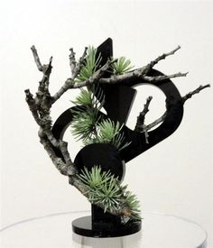 Pine needles and branches - found easily outdoors, combined with an all black abstract center piece as the support. Small Flower Arrangements, Modern Floral Arrangements, Ikebana Arrangements, Flower Centerpieces, Small Flowers, Flower Vases, Easy To Grow Houseplants, Japanese Flowers, Arte Floral