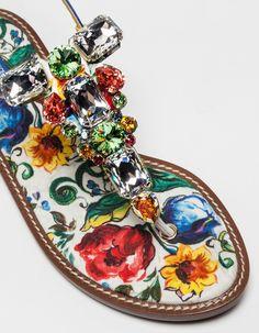 Colorati, caratteristici e ricchi di tradizione. I sandali gioiello di Dolce&Gabbana sono tra i modelli principali della nuova collezione estiva.