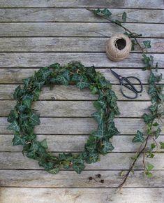 Couronne de lierre Diy Flowers, Wedding Flowers, Christmas Wreaths, Christmas Crafts, Fleurs Diy, Deco Nature, House Plants Decor, Deco Floral, How To Make Wreaths