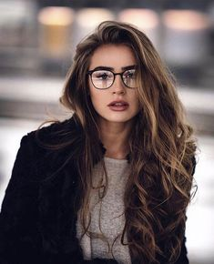 8 natural oils that help ist ein Highlight your beauty without spending all your money - Photography rules - brillen woman Lunette Style, Poses Photo, Girls With Glasses, Girl Glasses, Makeup With Glasses, Glasses Outfit, Glasses For Long Faces, Glasses Style, Womens Glasses