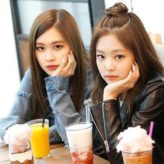 Rose and Jennie Kim Jennie, South Korean Girls, Korean Girl Groups, Boy Groups, Blackpink Icons, Blackpink Photos, Blackpink And Bts, Park Chaeyoung, Blackpink Jisoo