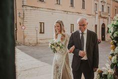 La mariée accompagnée de son père. Les mariés devant leurs décorations florales. #wedding #weddingplanner #italy #sicily #sicilianart #dolcegabbana #fashion