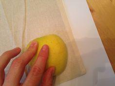Schritt 8: Im nächsten Schritt presst Ihr einfach die bemalte Apfelfläche kurz auf die Tasche. #Apfel #Druck #Spaß
