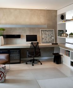 Home office minimalista com bancada de concreto e parede em concreto aparente, destaque para a luminária retangular
