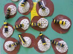 Η μέλισσα και η κυψέλη της. ατομική εργασία από ζυμάρι, κάνσον και πλαστικό ποτηράκι για τα φτερά της. θ.ε. έντομα bee, honeybee, kindergarten