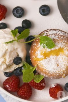 Fluffy muffins with a molten CUSTARD centre! An absolute genius idea! Perfect for those who don't like chocolate lava cakes! Custard Cake, Vanilla Custard, Pudding Desserts, Mini Desserts, Cake Mix Recipes, Dessert Recipes, Cup Cakes, Cupcake Cakes, Cake Pops Frosting