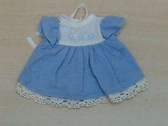 huebsches-kleines-Kleidchen-hellblau-weiss
