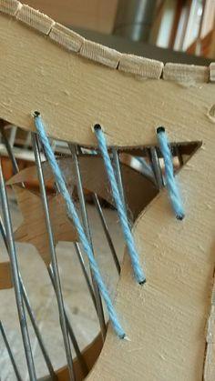 In het hout van de lippen hebben we kleine gaatjes geboord. Door hebbwn we wok doorheen gedaan aan beide kanten sn vervolgens met een knoopje vastgezet. Het knoopje ging los en hey touw was toen te kort om een nieuw knoopje in te leggen. We hebben toen het uiteinde vastgeplakt aan het hout.