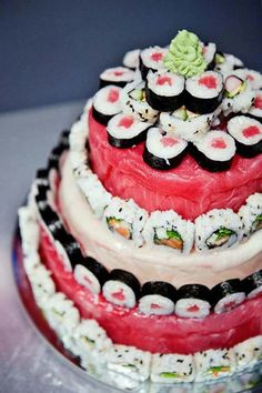 Sushi Cake There are sushi boats, sushi pizza, and now, a sushi wedding cake! Build your alternative cake with rolls from your favourite sushi shop or re-interpret the idea using candy sushi ! Photo via We Heart It . Sushi Cake, Sushi Food, Vegan Sushi, Great Recipes, Favorite Recipes, Recipe Ideas, Wedding Cake Alternatives, Traditional Wedding Cake, Creative Food