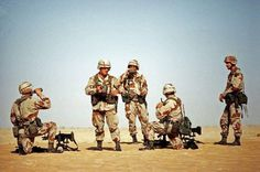 Army soldiers assigned to the Airborne Division's Battalion, Parachute Infantry Regiment, take a water break while conducting machine gun drills during Operation Desert Shield. Army photo by Staff Sgt. Military Guns, Military History, Modern Philosophers, Operation Desert Shield, 82nd Airborne Division, Staff Sergeant, Iraq War, Us Marines, Army Soldier