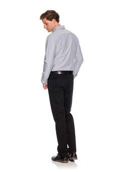 Dieser hochwertige Ledergürtel ist mit seinem schlichten Design der richtige Gürtel zur gepflegten Denim oder Baumwollhose. Gerade die glänzende Schließe gibt dem Herrengürtel eine elegante Note.  Form:  Material:  Details/Verarbeitung kleines, geprägtes Lederlogo, edel, schlichtes Design,   Maße: ca. 3,4 cm breit, Größenflag: fällt normal aus,   Looks: klassischer Basicgürtel zu Jeans oder mod...