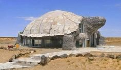 Super house like a turtle.(I, tried to find more info on this house, but all I could find was pictures of the outside and no story about it, let alone where it is. If someone knows, please post a comment and I'll add it to my Architecture board. Unusual Buildings, Interesting Buildings, Amazing Buildings, Amazing Houses, Tortoise House, Tortoise Habitat, Turtle Habitat, Giant Tortoise, Architecture Cool