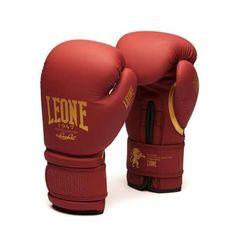 Πανέμορφα γάντια πυγμαχίας Leone Bordeaux Edition, έρχονται σε... μπορντό χρώμα που συνοδεύεται με χρυσές λεπτομέρειες. Είναι φτιαγμένα από PU υλικό και κατάλληλα για πυγμαχία, muay thai ή kick boxing!  Εσωτερικά, τα γάντια μποξ Leone Bordeaux Edition έρχονται με padding από 90% flex PU και 10% basic PU το οποίο προσφέρει πολύ καλή απορροφητικότητα των χτυπημάτων και συνεπώς μεγαλύτερη ασφάλεια. Boxing Gloves, Kickboxing, Muay Thai, Bordeaux, Sport, Bags, Handbags, Deporte, Bordeaux Wine