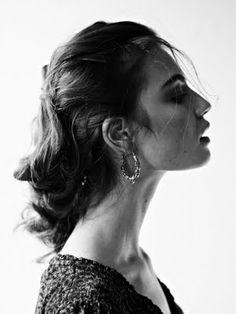 Sterke elementen van dit beeld 1. Kin omhoog: hautain, zelfverzekend, hard-to-get: past bij het personage en geeft het model een uitstraling van onbereikbaarheid = verleidelijkheid 2. lippen van elkaar en losse strengen haar over gezicht = sexy