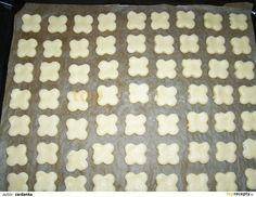 Z mouky, másla a šlehačky zpracujeme těsto, jde to velmi dobře. Šlehačku doporučuji vyndat z ledničky těsně před zpracováním těsta, aby bylo...