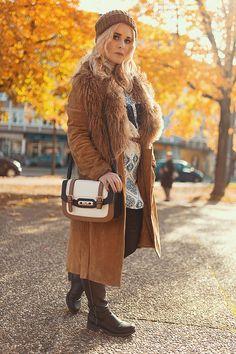 Brauner Mantel mit Boho Kleid, schönes Herbst Outfit