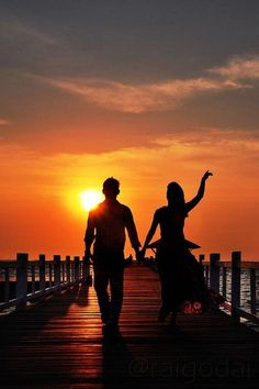 I& Be Your Sunset If you& be my silhouette Couple Photography Poses, Sunset Photography, Couple Beach Pictures, Lovers Images, Love Wallpapers Romantic, Silhouette Photography, Applis Photo, Couples Images, Jolie Photo