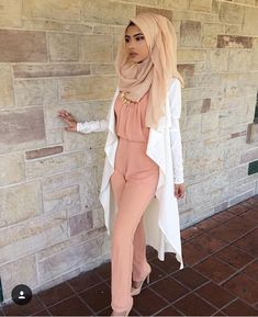 Beautiful hijab fashion to copy right now Muslim Women Fashion, Modern Hijab Fashion, Hijab Fashion Inspiration, Islamic Fashion, Modest Fashion, Fashion Outfits, Style Inspiration, Modele Hijab, Hijab Fashionista
