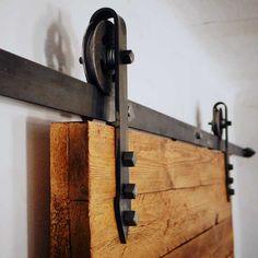 Prowadnica drzwiowa w stylu retro. Takie drzwi przesuwne idealnie upiększą każde wnętrza w stylu loft / industrial.