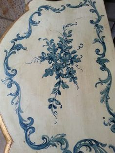 Top of Italian cabinet Funky Painted Furniture, Chalk Paint Furniture, Italian Furniture, Antique Furniture, Diy Furniture Projects, Furniture Decor, Painting Recipe, Motif Arabesque, Painted Cottage