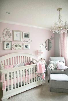 couleur rose poudré, luminaire baroque, plafond gris pâle, peintures encadrées