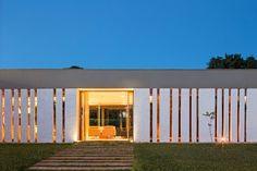 Residencia LK by Estúdio MRGB (10) Princes House, Modern Architecture, Amazing Architecture, Architecture Details, Tiny House Exterior, Building Exterior, Building Design, Architectural Styles, Design Simples
