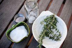 Sal de Romero:  1 libra de sal marina o sal kosher | 10 ramitas de romero | en sartén calentar durante unos 15 minutos y verter en recipientes de vidrio | http://valleyandcolifestyle.com/2012/01/make-it-rosemary-infused-sea-salt