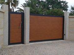 Portal corredera y puerta peatonal en imitación madera. Front Gate Design, House Gate Design, Main Gate Design, Door Gate Design, Gate House, Modern Garage Doors, Modern Entrance, Backyard Gates, Driveway Gate