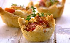 The perfect snack for festive guess: Smoked Chicken and Creamy Garlic Bread Basket Quiches Quiche Recipes, Appetizer Recipes, Snack Recipes, Savory Snacks, Yummy Snacks, Yummy Food, Fried Chicken Delivery, Posh Nosh, Bread Packaging