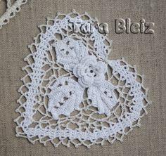 Irish lace white heart, cotton, 13 x 14 cm. hand made in Brittany. Graet e breizh gant an dorn. Coeur en dentelle d'Irlande, cotton blanc, 13 x 14 cm. Fabriqué à la main en Bretagne.