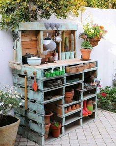 Inspiring potting bench ideas and potting bench plans so you can build your own potting table. DIY pallet potting bench & more! Diy Pallet Projects, Pallet Ideas, Garden Projects, Garden Ideas, Pond Ideas, Design Jobs, Design Ideas, Pallet Garden Benches, Potting Benches