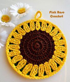 Mais um  Pega Panelas Flor com o tema Girassol !   Eu fiz este da primeira foto hoje,   eu sinto não ter o gráfico.  Abaixo mais Pega ...