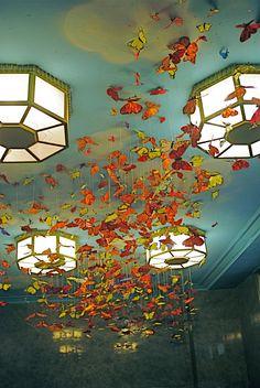 pourquoi pas habiller votre plafond pas très beau et le transformer en élément marquant?