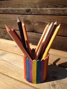 Återanvänt glasspinnar samt en Konserveringsburk. Målat glasspinnarna i pearlised paint sedan limmat fast dem med coloronas egna lim allround glue. Detta blev en fin förvaringsburk för pennor, tuscher, penslar osv.