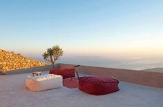 Von der Anhöhe blickt man über die Landschaft Santorinis. (Foto: Julia Klimi)