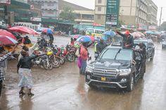 @SaddiqueShaban Kenyan President Uhuru Kenyatta braving heavy downpour whilst campaigning for reelection in Nyahururu,  Central Kenya.