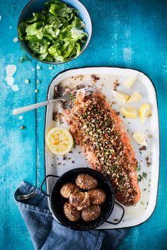 Rapea uunilohi // Crispy Salmon in oven Food & Style Taina Salovaara Photo Satu Nyström www.maku.fi Tasty, Yummy Food, Home Food, I Love Food, Food Photo, Allrecipes, Cravings, Salmon, Oven