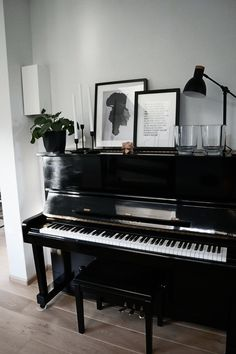 LYNNTERIEUR: Interior Project I Livingroom: How to decorate a piano? This black piano is decorated with some frames with black-and-white pictures of a grape and lyrics of the Golden Earring (this refe Piano Living Rooms, Home Living Room, Dining Room, Upright Piano Decor, Piano Room Decor, The Piano, Painted Pianos, Black Piano, Small Room Design