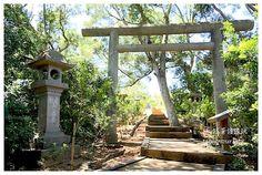 一個位在八通關越嶺古道上,荒煙漫草之中的神社,近幾年在當地文史工作者的努力下重見天日,如今也是花蓮境內最完整的神社,跟著領隊一起進入神祇的領域! 花蓮景點推薦-保存相當完整的【玉里神社】