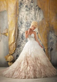 I normally don't like puffy bottoms to dresses but I think I would feel like a princess in this dress!