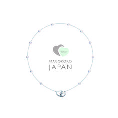 "「TASAKI チャリティープロジェクト""MAGOKORO JAPAN""」は、東日本大震災の被災者を支援する目的で2011年に始まったプロジェクト。これまでふたつのハートが寄り添うデザインで強い愛と絆を表現したジュエリーを特別に制作し、その売上の全額を東日本大震災で被災者を支援する団体へ寄付してきた。  4年目を迎える今年は、ペンダントトップとクラスプの両方を兼ねたハートモチーフがポイントのパールステーション型ペンダント""MAGOKORO JAPAN 2014 with heartペンダント""をTASAKIオンラインショップにて発売中。このペンダントの売上の全額は、昨年に続き「一般社団法人3.11震災孤児遺児文化・スポーツ支援機構(3.11塾)」へ寄付される。  MAGOKORO JAPAN 2014 with heartペンダント 素材/シルバー、淡水真珠 価格/¥18,000円(税抜)  information TASAKIオンラインショップ asaki-shop.jp  Text:Keisuke Kagiwada"