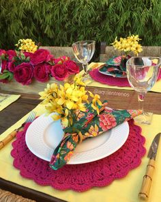 É primavera 💐 Mesa Elenice. Contato:entrenos.aqui@gmail.com WhatsApp (24)988291514 Dinning Table, A Table, Dining Etiquette, Table Manners, Beautiful Crochet, Tablescapes, Dinnerware, Napkins, Table Settings