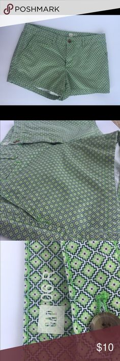 Gap shorts with geometric design Gap shorts with light green, navy and blue geometric design. Perfect for casual wear and can be paired with numerous colored shirts. GAP Shorts