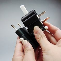 ROAD WARRIOR Gocon W2 features 9 most common plug adapter configurations. Gocon W2 Black (Rw75BK)