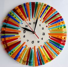 60 DIY Unique Wall Clock Designs Ideas Let the wall clock ooze some prettiness along with keeping you in-sync with the time, all with these lovely DIY clock ideas. Fused Glass Plates, Fused Glass Art, Stained Glass Art, Mosaic Art, Mosaic Glass, Diy Clock, Clock Ideas, Glass Fusion Ideas, Wall Clock Design