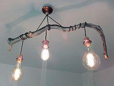 Je vends ce luminaire suspendu au design scandinave. La branche de Genévrier accompagnée de cordons dalimentations en lin brut torsadé, font de ce luminaire une création unique et originale.  Longueur bois : 85cm Hauteur : réglable Câble : Cordon lin brut torsadé, couleur naturel anthracite. Douille : Laiton cuivré, taille E27 Ampoules Vintages : 1 x Style Edison, couleur ambré 2000 K, filament croisé 2 x Globe, couleur ambré 2000 K, filament croisé Puissance 40W - EN SUPPLEMENT 30€  Pour…